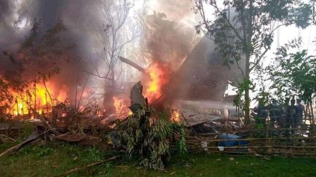 Vụ rơi máy bay kinh hoàng tại Philippines: Một số binh sĩ kịp nhảy ra khỏi máy bay trước khi phương tiện lao thẳng xuống đất nổ tung - Ảnh 1.