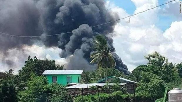 Vụ rơi máy bay kinh hoàng tại Philippines: Một số binh sĩ kịp nhảy ra khỏi máy bay trước khi phương tiện lao thẳng xuống đất nổ tung - Ảnh 2.