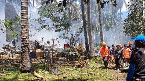 NÓNG: Máy bay chở 96 người rơi nổ tung ở Philippines, ít nhất 45 người thiệt mạng - Ảnh 3.