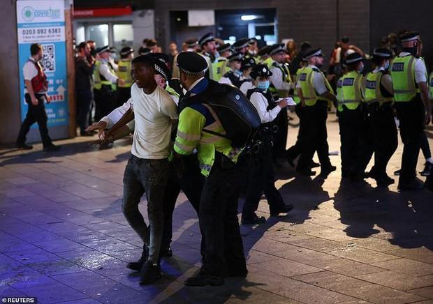 Đội nhà vào bán kết, cổ động viên Anh đánh nhau sứt đầu mẻ trán với cảnh sát - Ảnh 4.