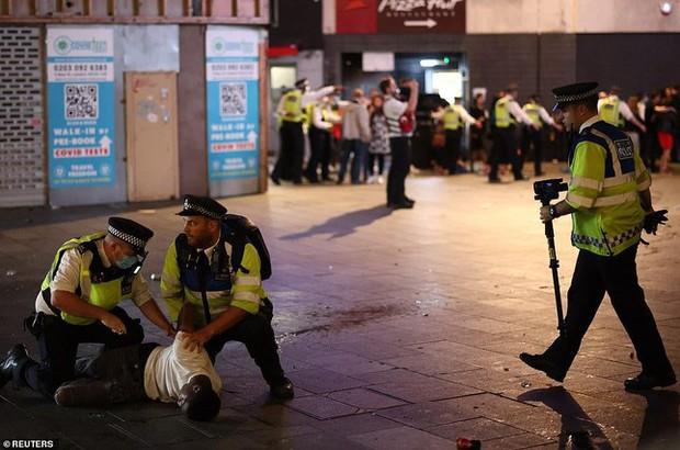 Đội nhà vào bán kết, cổ động viên Anh đánh nhau sứt đầu mẻ trán với cảnh sát - Ảnh 6.