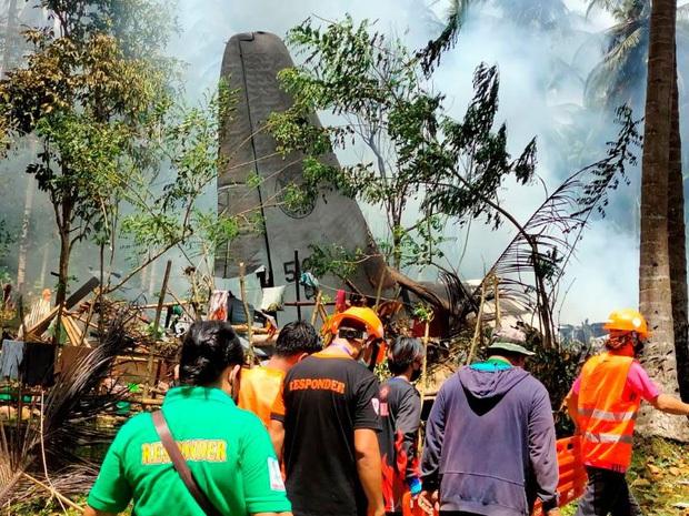 Vụ rơi máy bay kinh hoàng tại Philippines: Một số binh sĩ kịp nhảy ra khỏi máy bay trước khi phương tiện lao thẳng xuống đất nổ tung - Ảnh 3.