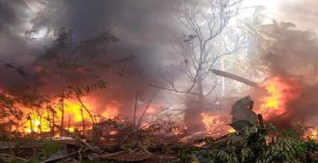 Video: Cận cảnh hiện trường tan hoang, khói bay ngập một vùng trời của vụ rơi máy bay thảm khốc khiến 45 người thiệt mạng - Ảnh 4.