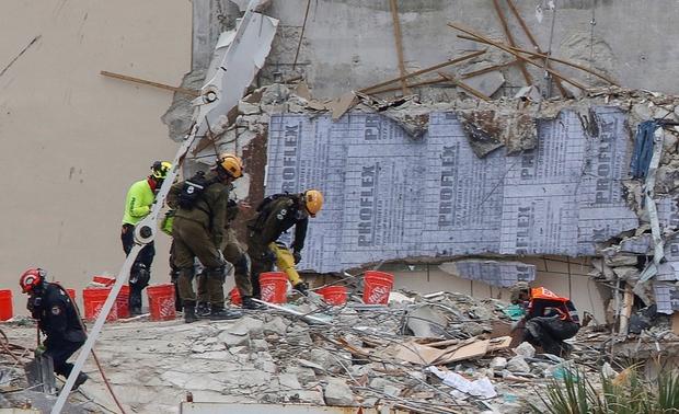 Mỹ dừng hoạt động tìm kiếm và cứu hộ vụ sập nhà - Ảnh 1.