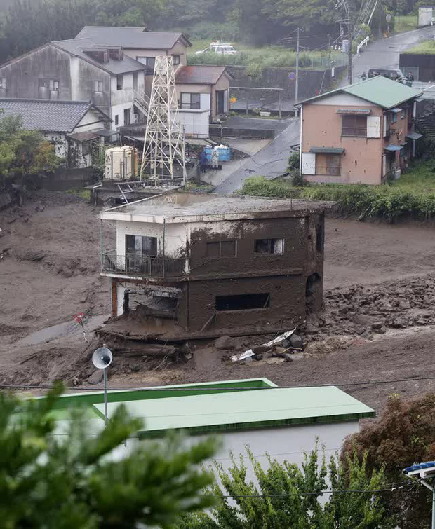 Lở đất nghiêm trọng tại Nhật Bản: Ít nhất 2 người thiệt mạng, hàng chục người mất tích - Ảnh 2.