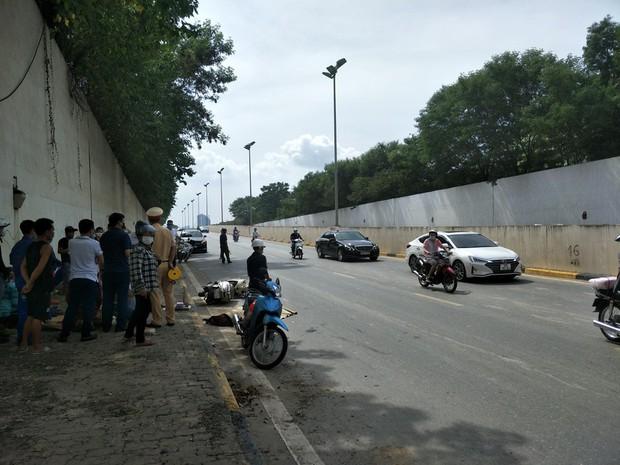 Một phụ nữ tử vong ở đường gom đại lộ Thăng Long - Ảnh 1.