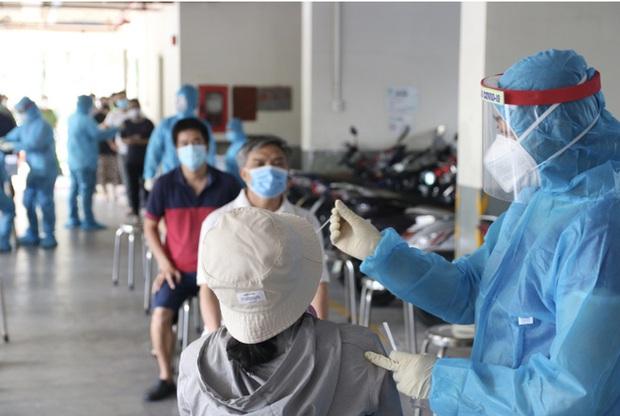 Vượt qua Bắc Giang, vì sao dịch Covid-19 ở TP.HCM lây lan quá nhanh, xô đổ mọi kỷ lục? - Ảnh 1.
