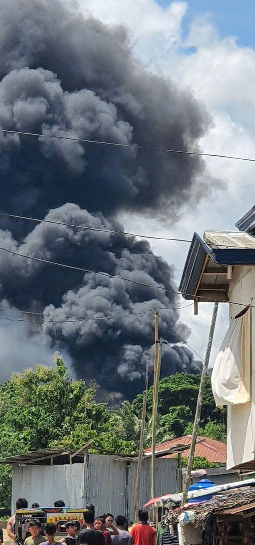 Video: Cận cảnh hiện trường tan hoang, khói bay ngập một vùng trời của vụ rơi máy bay thảm khốc khiến 45 người thiệt mạng - Ảnh 3.