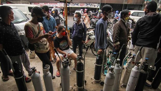 Indonesia hứng sóng thần COVID-19, 63 người tử vong vì bệnh viện cạn kiệt oxy - Ảnh 3.