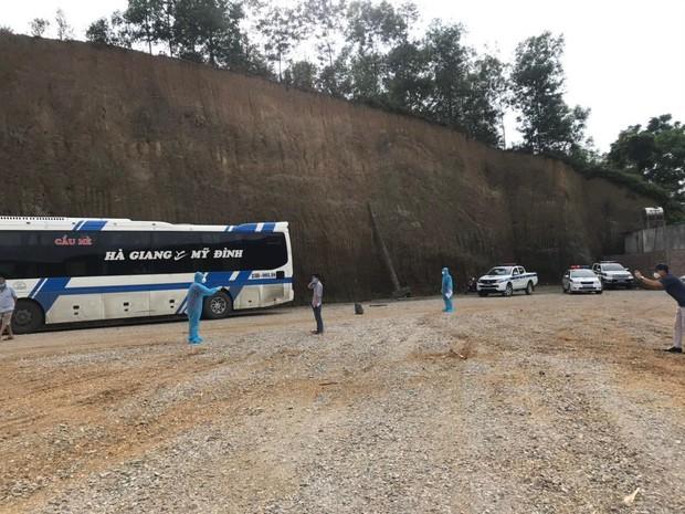 Hà Nội phát hiện 20 người liên quan ca F0 trèo tường trốn viện tại Bắc Giang, đến bến xe Mỹ Đình bắt xe khách về quê - Ảnh 1.