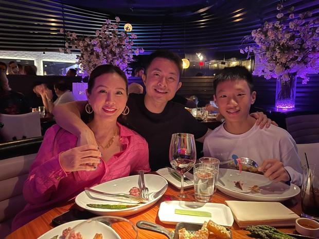 Vợ chồng Hoa hậu Thu Hoài đưa các con ăn uống sang chảnh ở Mỹ, nhan sắc ái nữ nóng bỏng pro5 khủng giật trọn spotlight - Ảnh 3.