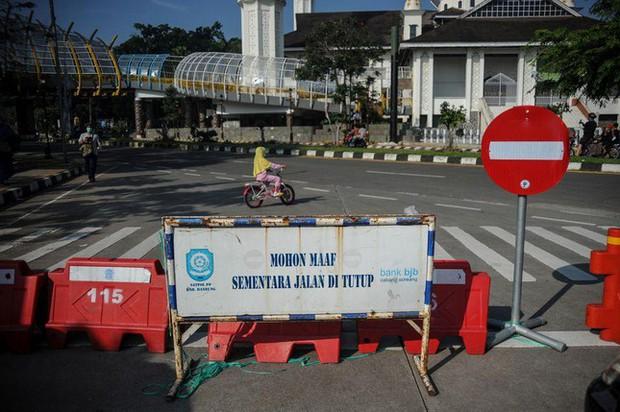 Indonesia hứng sóng thần COVID-19, 63 người tử vong vì bệnh viện cạn kiệt oxy - Ảnh 2.