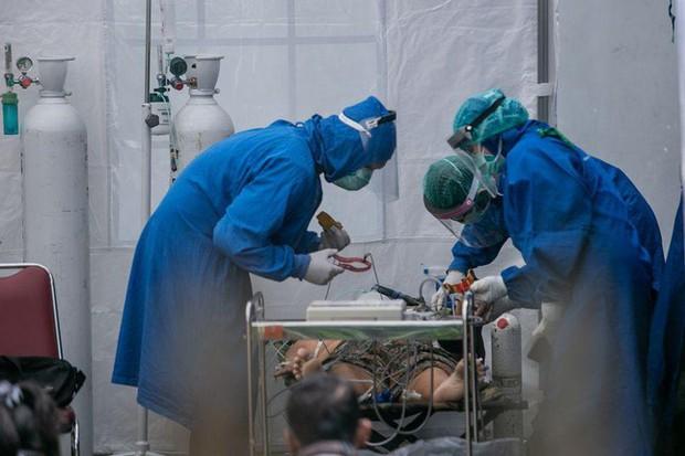 Indonesia hứng sóng thần COVID-19, 63 người tử vong vì bệnh viện cạn kiệt oxy - Ảnh 1.