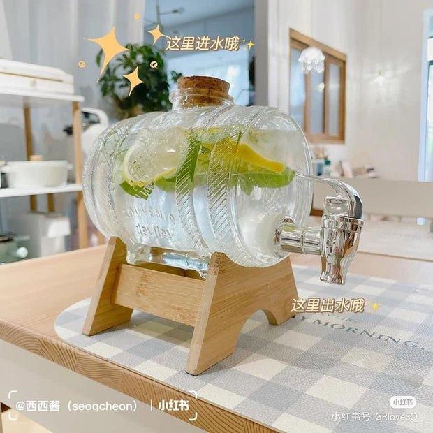 Chị em sắm bình thủy tinh có vòi cực tây này đi, uống nước gì cũng ngon hơn lại kiêm luôn món decor đẹp xịn  - Ảnh 1.