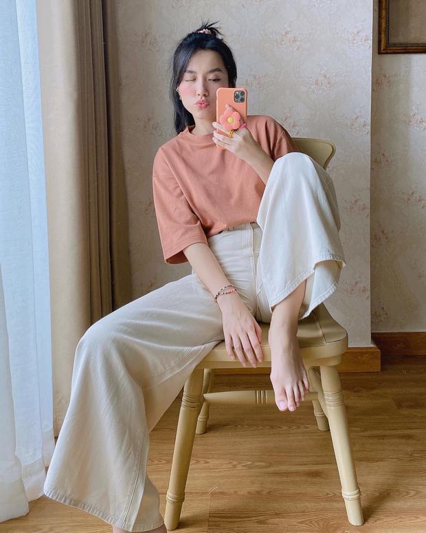 """Chỉ cần sắm áo thun trơn giá từ 149K để việc mặc """"chất"""" hàng ngày dễ như ăn kẹo, không tin thì bạn xem ngay loạt outfit của Hà Trúc và Mon Simi này! - Ảnh 2."""