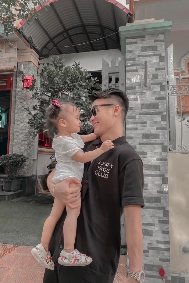 Dàn cầu thủ ĐT Việt Nam cực giản dị khi về nhà: Văn Hậu thả diều mlem mlem, Văn Toàn bị em gái bóc phốt ảnh sống ảo - Ảnh 13.