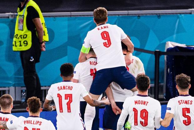 Đen như Declan Rice: Trận trước không được ăn mừng bàn thắng vì chuột rút, trận sau bị đồng đội bóp cổ  - Ảnh 1.