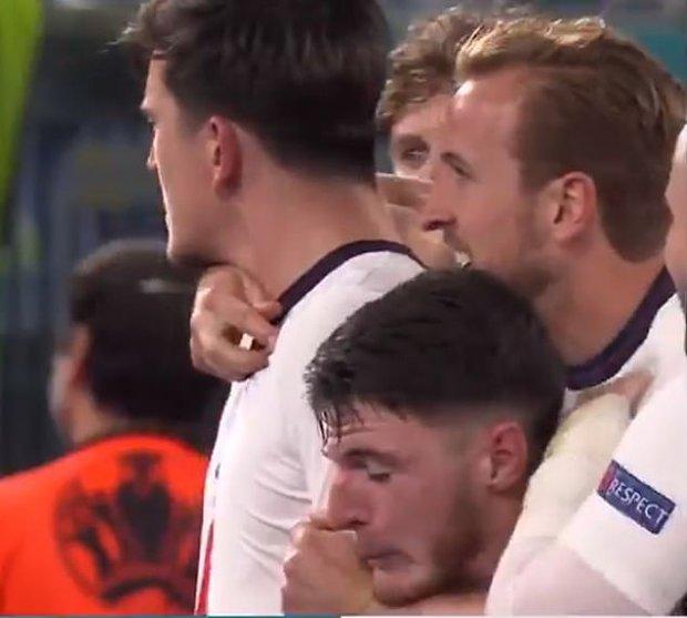 Đen như Declan Rice: Trận trước không được ăn mừng bàn thắng vì chuột rút, trận sau bị đồng đội bóp cổ  - Ảnh 2.