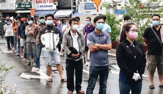 Ảnh, clip: Nghìn người Sài Gòn xếp hàng dài từ bệnh viện ra đến đường phố chờ xét nghiệm Covid-19 để lấy giấy thông hành - Ảnh 4.
