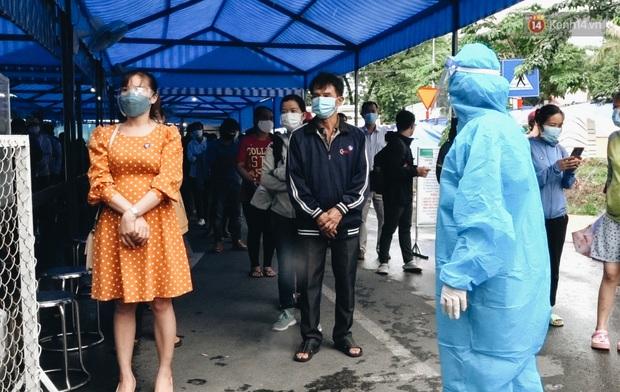 Ảnh, clip: Nghìn người Sài Gòn xếp hàng dài từ bệnh viện ra đến đường phố chờ xét nghiệm Covid-19 để lấy giấy thông hành - Ảnh 6.