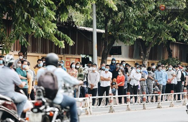 Ảnh, clip: Nghìn người Sài Gòn xếp hàng dài từ bệnh viện ra đến đường phố chờ xét nghiệm Covid-19 để lấy giấy thông hành - Ảnh 1.