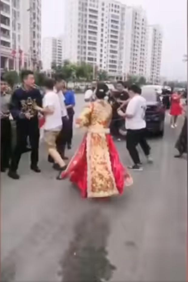 Nóc nhà chất lượng cao: Cô dâu cầm que dằn mặt hội bạn ngay trong ngày cưới vì dám đùa dai chồng mình - Ảnh 3.