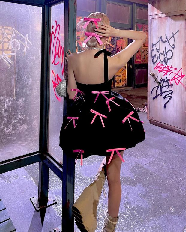 Rosé (BLACKPINK) xả ảnh hậu trường mừng MV Gone 100 triệu view: Visual đỉnh cao, chân dài miên man nhưng gầy như sắp gãy - Ảnh 7.