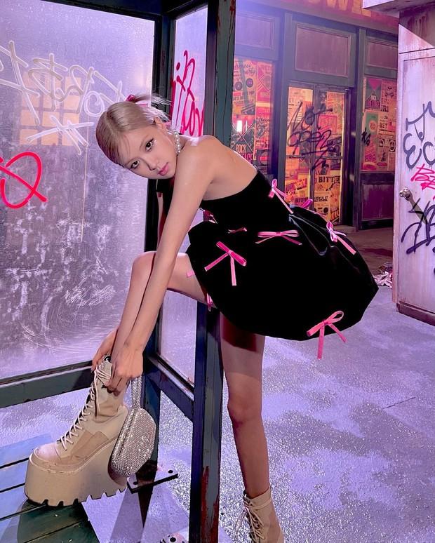 Rosé (BLACKPINK) xả ảnh hậu trường mừng MV Gone 100 triệu view: Visual đỉnh cao, chân dài miên man nhưng gầy như sắp gãy - Ảnh 4.