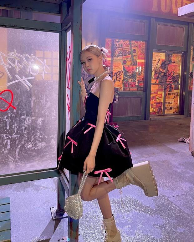 Rosé (BLACKPINK) xả ảnh hậu trường mừng MV Gone 100 triệu view: Visual đỉnh cao, chân dài miên man nhưng gầy như sắp gãy - Ảnh 3.