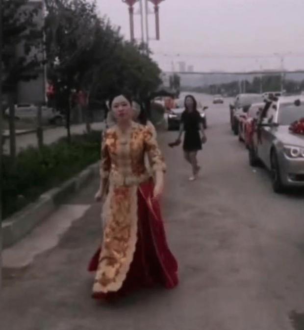 Nóc nhà chất lượng cao: Cô dâu cầm que dằn mặt hội bạn ngay trong ngày cưới vì dám đùa dai chồng mình - Ảnh 2.