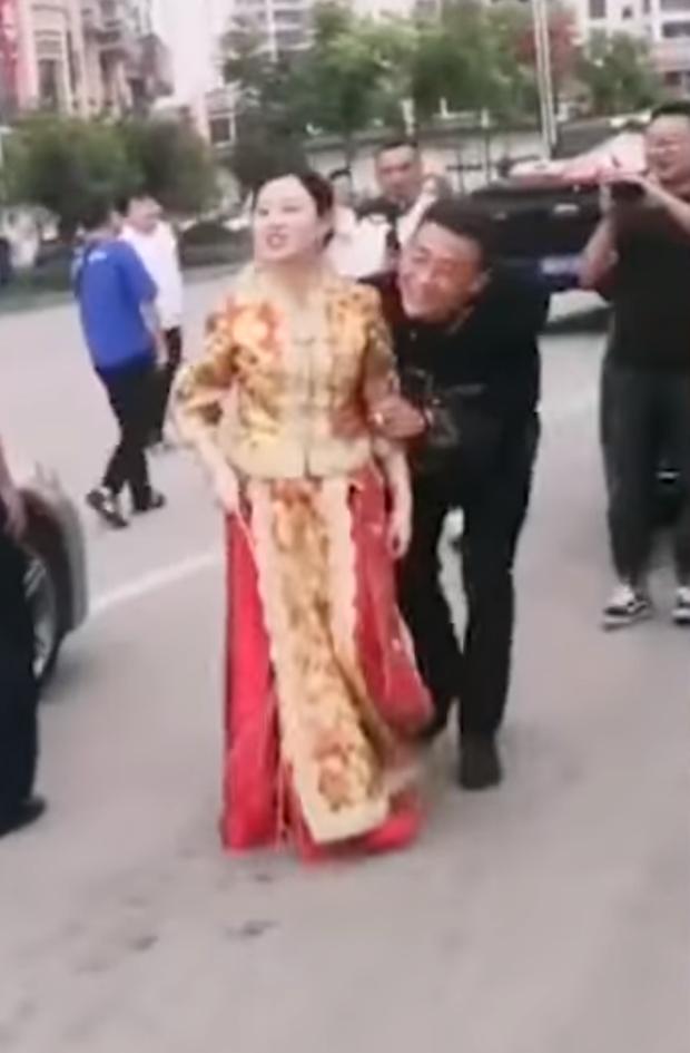 Nóc nhà chất lượng cao: Cô dâu cầm que dằn mặt hội bạn ngay trong ngày cưới vì dám đùa dai chồng mình - Ảnh 4.