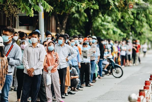 Ảnh, clip: Nghìn người Sài Gòn xếp hàng dài từ bệnh viện ra đến đường phố chờ xét nghiệm Covid-19 để lấy giấy thông hành - Ảnh 2.