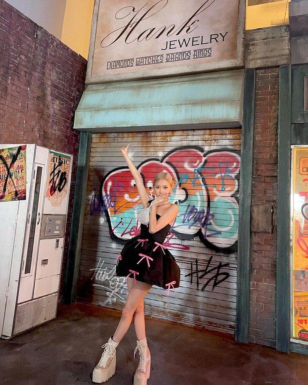 Rosé (BLACKPINK) xả ảnh hậu trường mừng MV Gone 100 triệu view: Visual đỉnh cao, chân dài miên man nhưng gầy như sắp gãy - Ảnh 5.