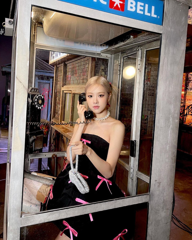 Rosé (BLACKPINK) xả ảnh hậu trường mừng MV Gone 100 triệu view: Visual đỉnh cao, chân dài miên man nhưng gầy như sắp gãy - Ảnh 8.