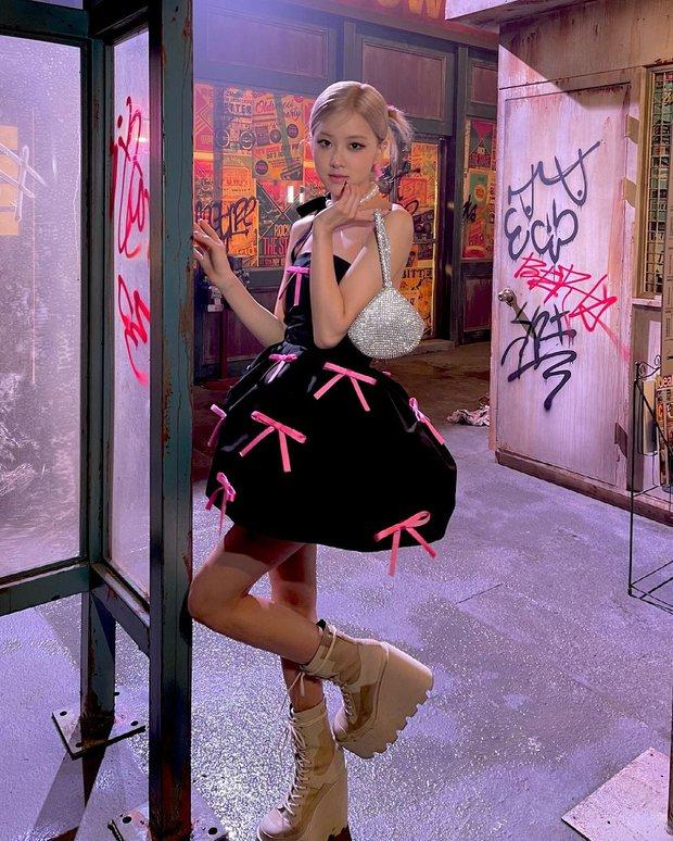 Rosé (BLACKPINK) xả ảnh hậu trường mừng MV Gone 100 triệu view: Visual đỉnh cao, chân dài miên man nhưng gầy như sắp gãy - Ảnh 2.