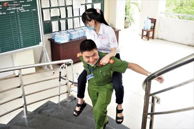 Rụng tim hình ảnh chiến sĩ công an cõng thí sinh vào phòng làm thủ tục thi - Ảnh 1.