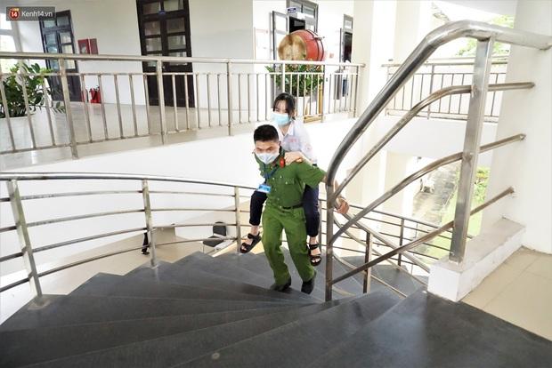 Rụng tim hình ảnh chiến sĩ công an cõng thí sinh vào phòng làm thủ tục thi - Ảnh 2.