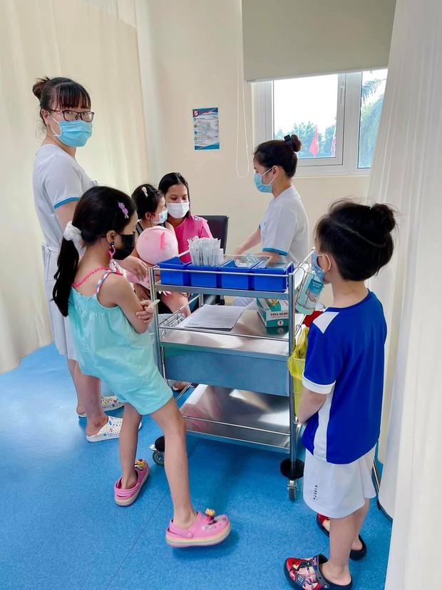 Giữ đúng lời hứa, Ốc Thanh Vân chăm sóc con gái Mai Phương tận tình, nay còn đưa bé đi tiêm phòng cùng gia đình - Ảnh 2.