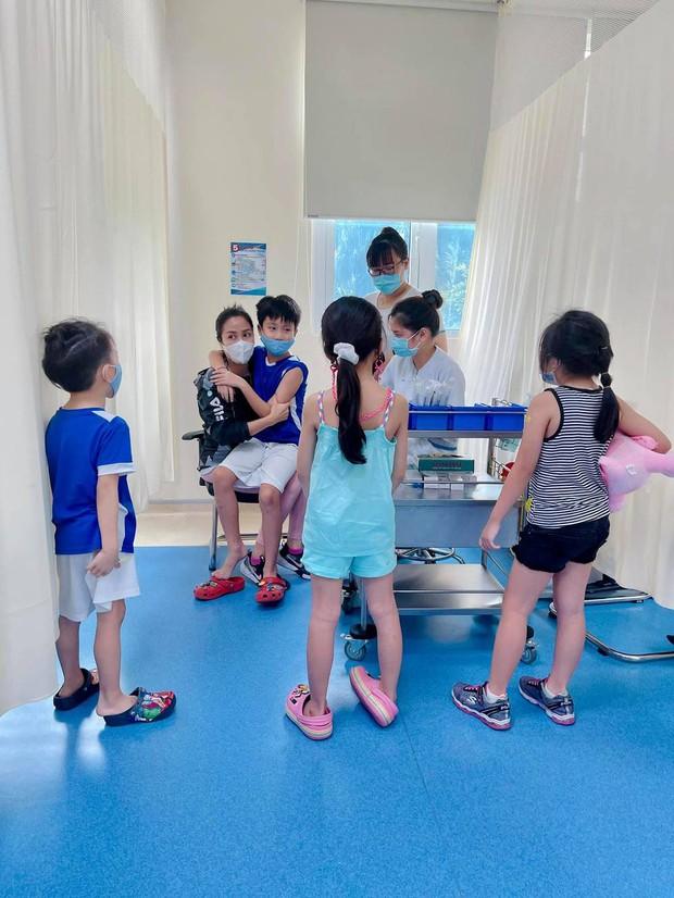 Giữ đúng lời hứa, Ốc Thanh Vân chăm sóc con gái Mai Phương tận tình, nay còn đưa bé đi tiêm phòng cùng gia đình - Ảnh 3.