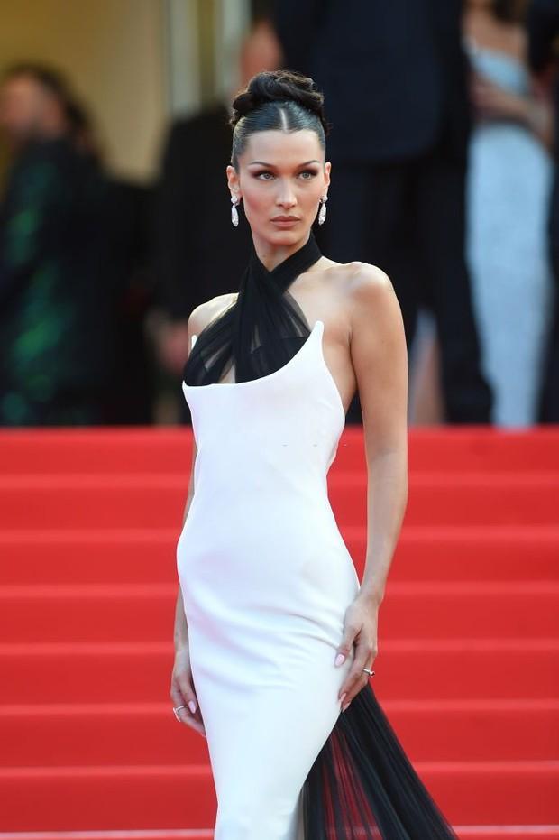 """Thảm đỏ LHP Cannes 2021: Bella Hadid không còn """"nhức mắt"""", bị thiên thần Victorias Secret vòng 1 lép kẹp chặt chém - Ảnh 4."""