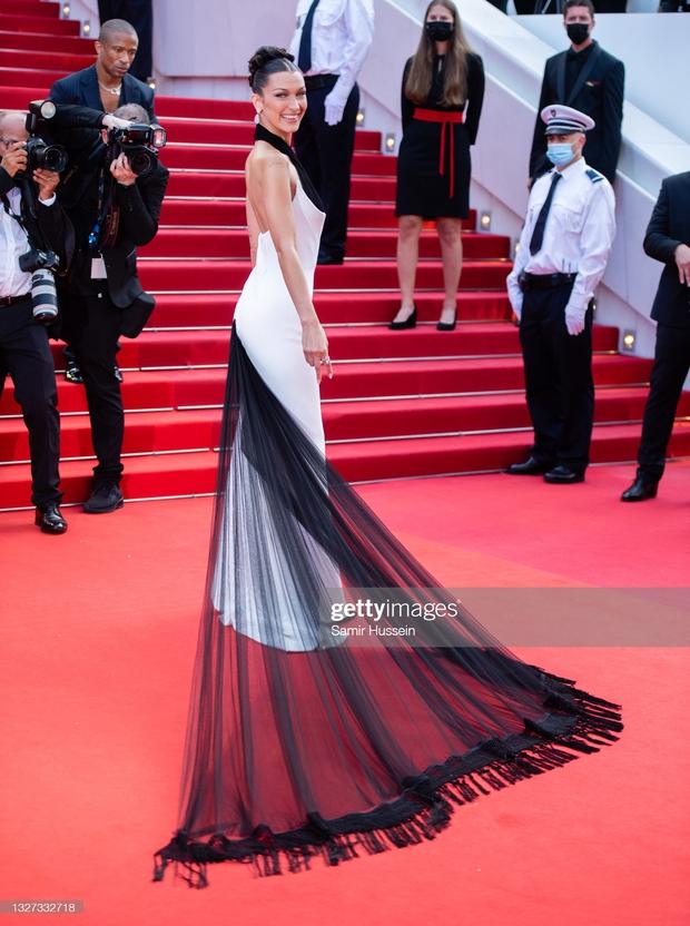 """Thảm đỏ LHP Cannes 2021: Bella Hadid không còn """"nhức mắt"""", bị thiên thần Victorias Secret vòng 1 lép kẹp chặt chém - Ảnh 2."""
