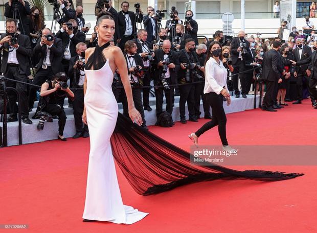 """Thảm đỏ LHP Cannes 2021: Bella Hadid không còn """"nhức mắt"""", bị thiên thần Victorias Secret vòng 1 lép kẹp chặt chém - Ảnh 3."""