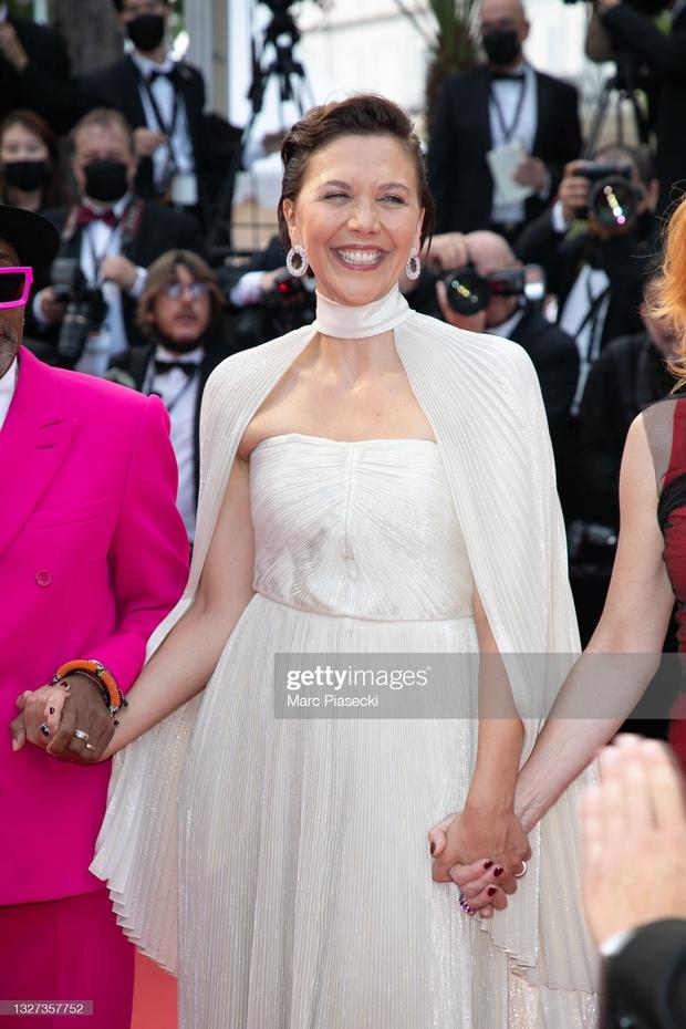 """Thảm đỏ LHP Cannes 2021: Bella Hadid không còn """"nhức mắt"""", bị thiên thần Victorias Secret vòng 1 lép kẹp chặt chém - Ảnh 8."""