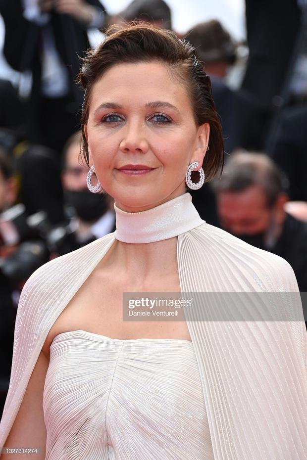 """Thảm đỏ LHP Cannes 2021: Bella Hadid không còn """"nhức mắt"""", bị thiên thần Victorias Secret vòng 1 lép kẹp chặt chém - Ảnh 9."""
