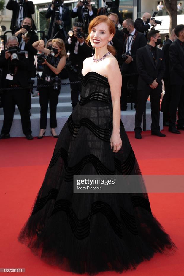 """Thảm đỏ LHP Cannes 2021: Bella Hadid không còn """"nhức mắt"""", bị thiên thần Victorias Secret vòng 1 lép kẹp chặt chém - Ảnh 10."""