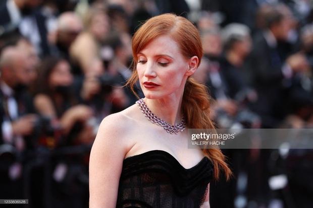 """Thảm đỏ LHP Cannes 2021: Bella Hadid không còn """"nhức mắt"""", bị thiên thần Victorias Secret vòng 1 lép kẹp chặt chém - Ảnh 12."""