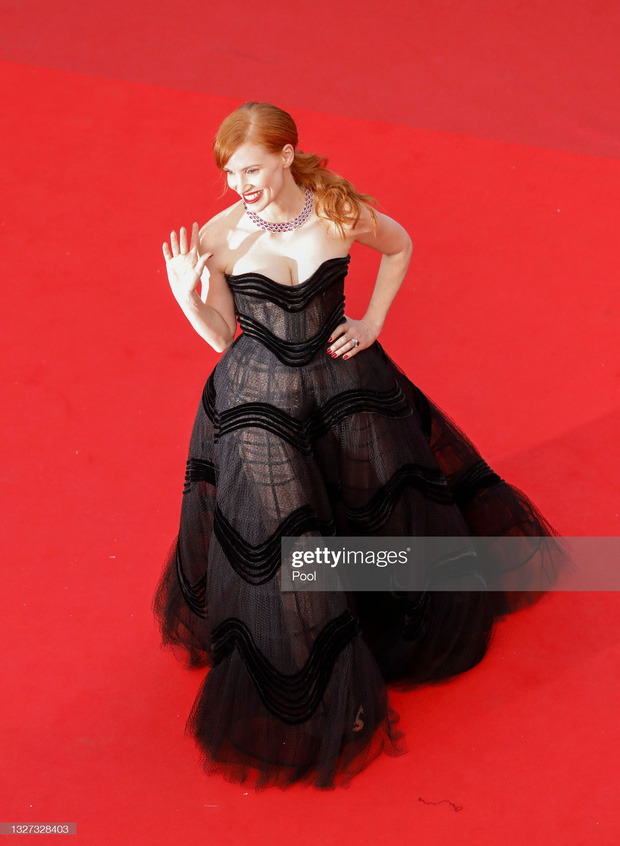 """Thảm đỏ LHP Cannes 2021: Bella Hadid không còn """"nhức mắt"""", bị thiên thần Victorias Secret vòng 1 lép kẹp chặt chém - Ảnh 11."""