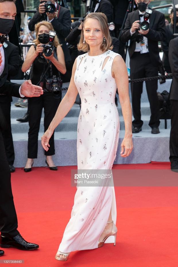 """Thảm đỏ LHP Cannes 2021: Bella Hadid không còn """"nhức mắt"""", bị thiên thần Victorias Secret vòng 1 lép kẹp chặt chém - Ảnh 16."""