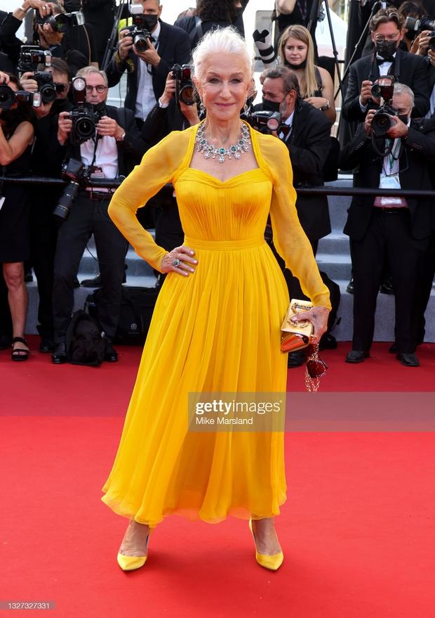 """Thảm đỏ LHP Cannes 2021: Bella Hadid không còn """"nhức mắt"""", bị thiên thần Victorias Secret vòng 1 lép kẹp chặt chém - Ảnh 14."""