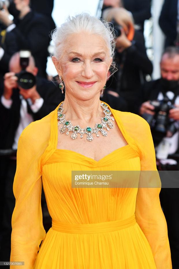 """Thảm đỏ LHP Cannes 2021: Bella Hadid không còn """"nhức mắt"""", bị thiên thần Victorias Secret vòng 1 lép kẹp chặt chém - Ảnh 13."""